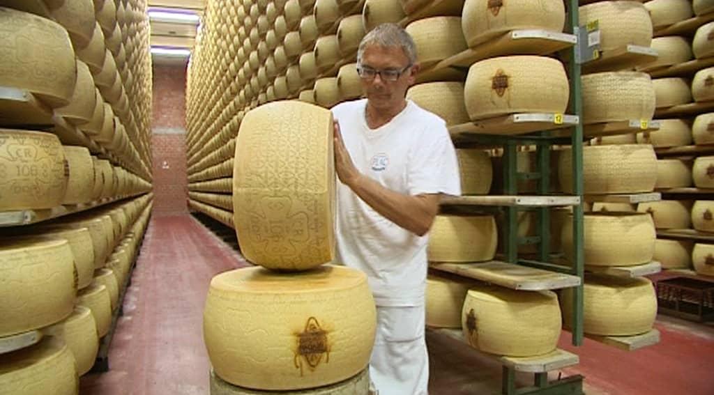 Grana Padano juustoa varastoidaan.