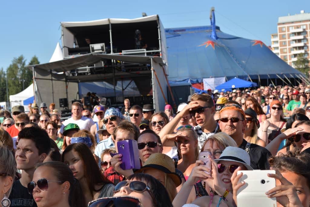 Yleisöä Qstockin päälavan edessä kesällä 2014.
