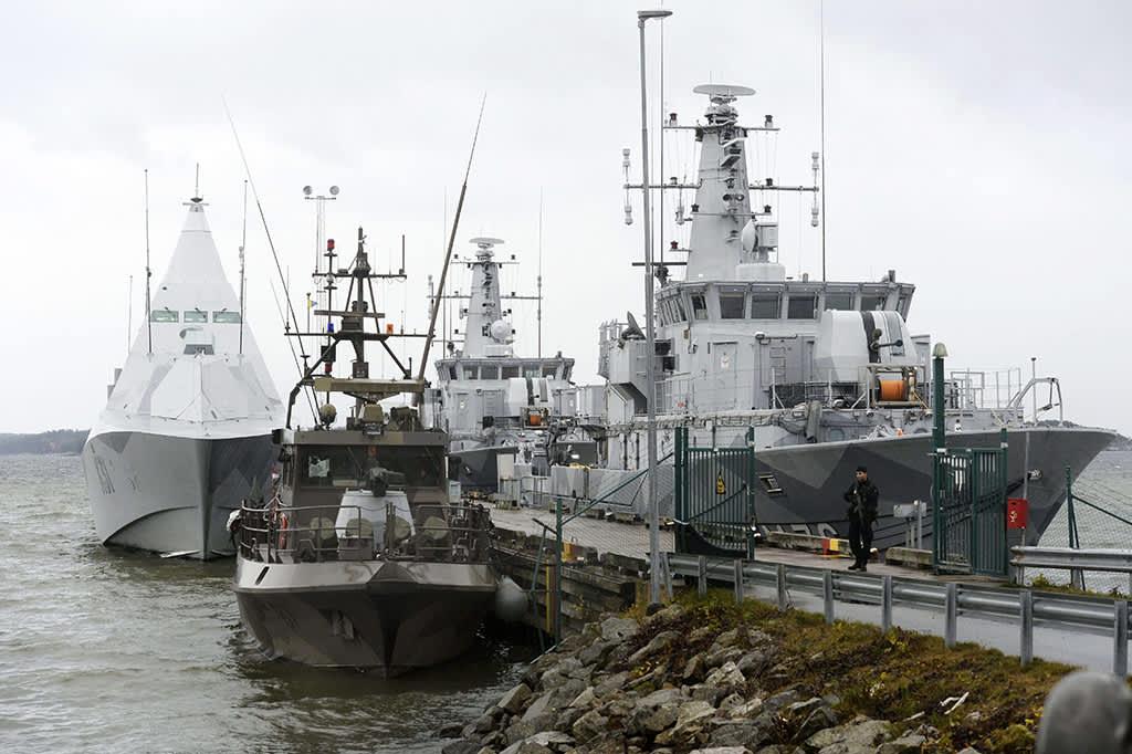 HMS Visby ja kaksi miinanraivaajaa.