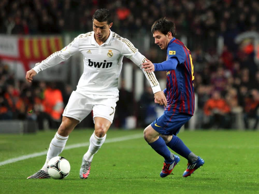 Real Madridin Cristiano Ronaldo (vas.) ja Barcelonan Lionel Messi kohtaavat El Clásicossa.