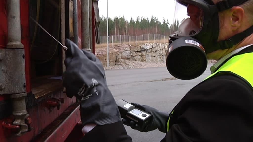 Itellan työntekijä mittaa kontin kaasupitoisuuksia myrkkyjen varalta.