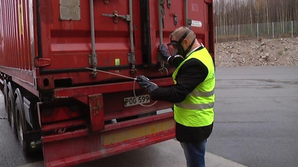 Mies mittaa kontin kaasupitoisuutta.