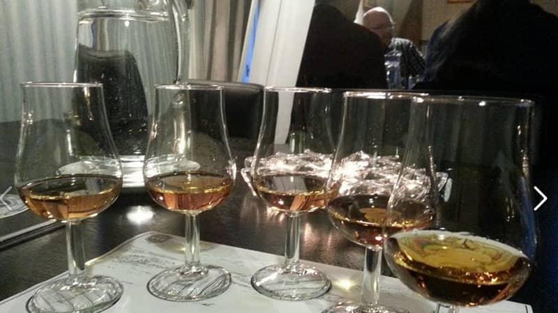 Eri viskejä maisteltavana.