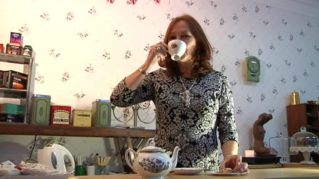 Nainen juo teetä