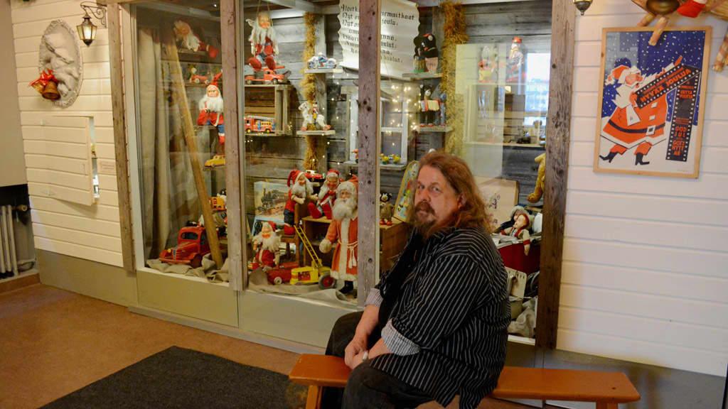 Tapani Homanen Joulun odotusta -näyttelyssä Kainuun Museolla.