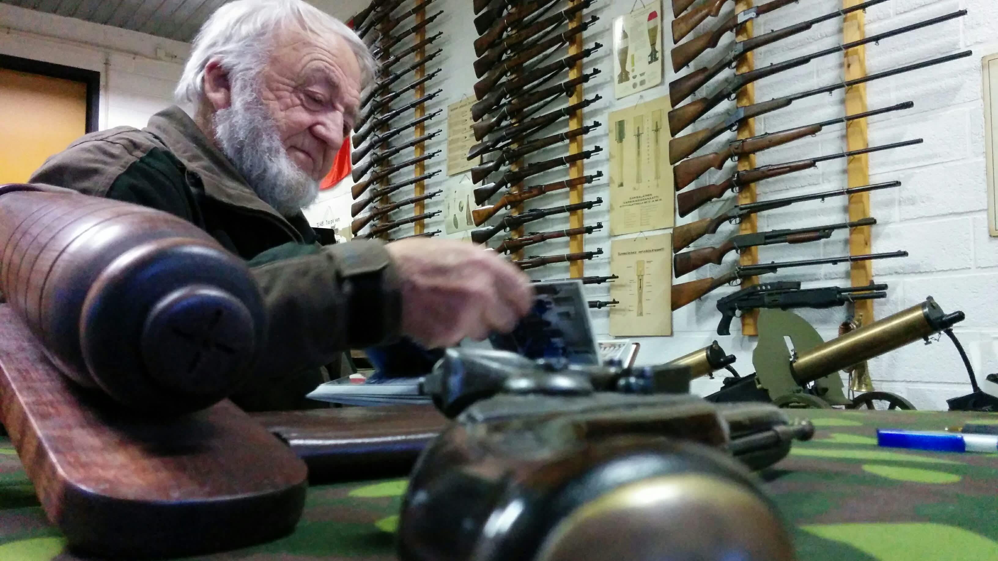 aseharrastaja Kalevi Tammisto tutkailee kokoelmaansa