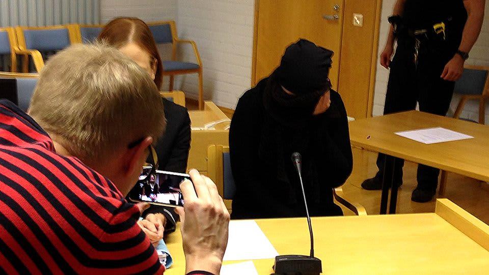 Viiden vauvansa murhista syytetty oululaisnainen saapui tiistaiaamuna Oulun käräjäoikeuteen mustiin vaatteisiin verhoutuneena.