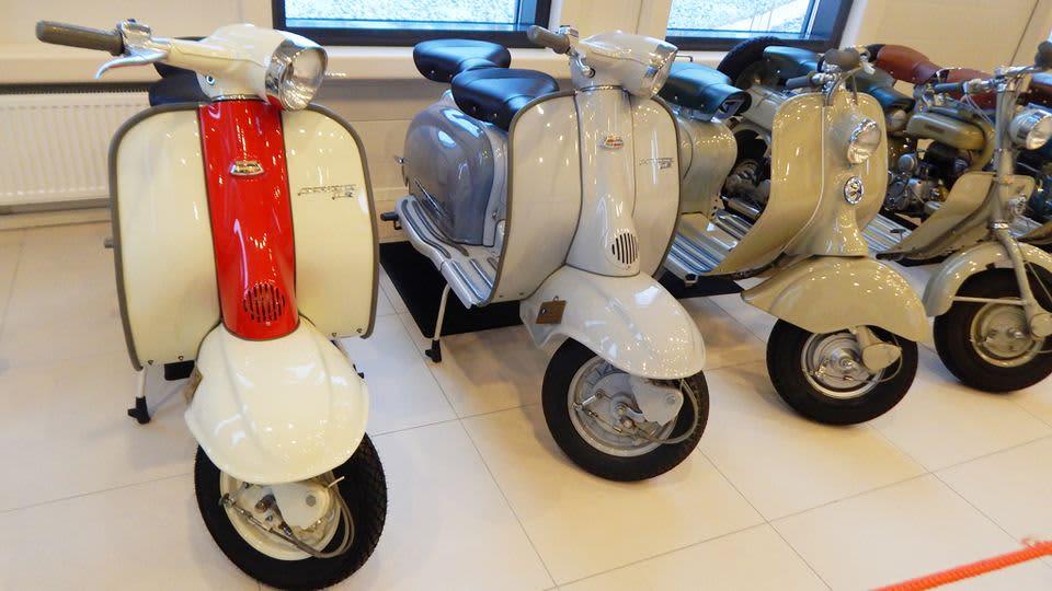 Pyhtäällä leijuntakeskus Siriuksessa voi tutustua vanhoihin Vespa-skoottereihin. Toisena vasemmalta olevaa mallia käytettiin Loma Roomassa -elokuvassa