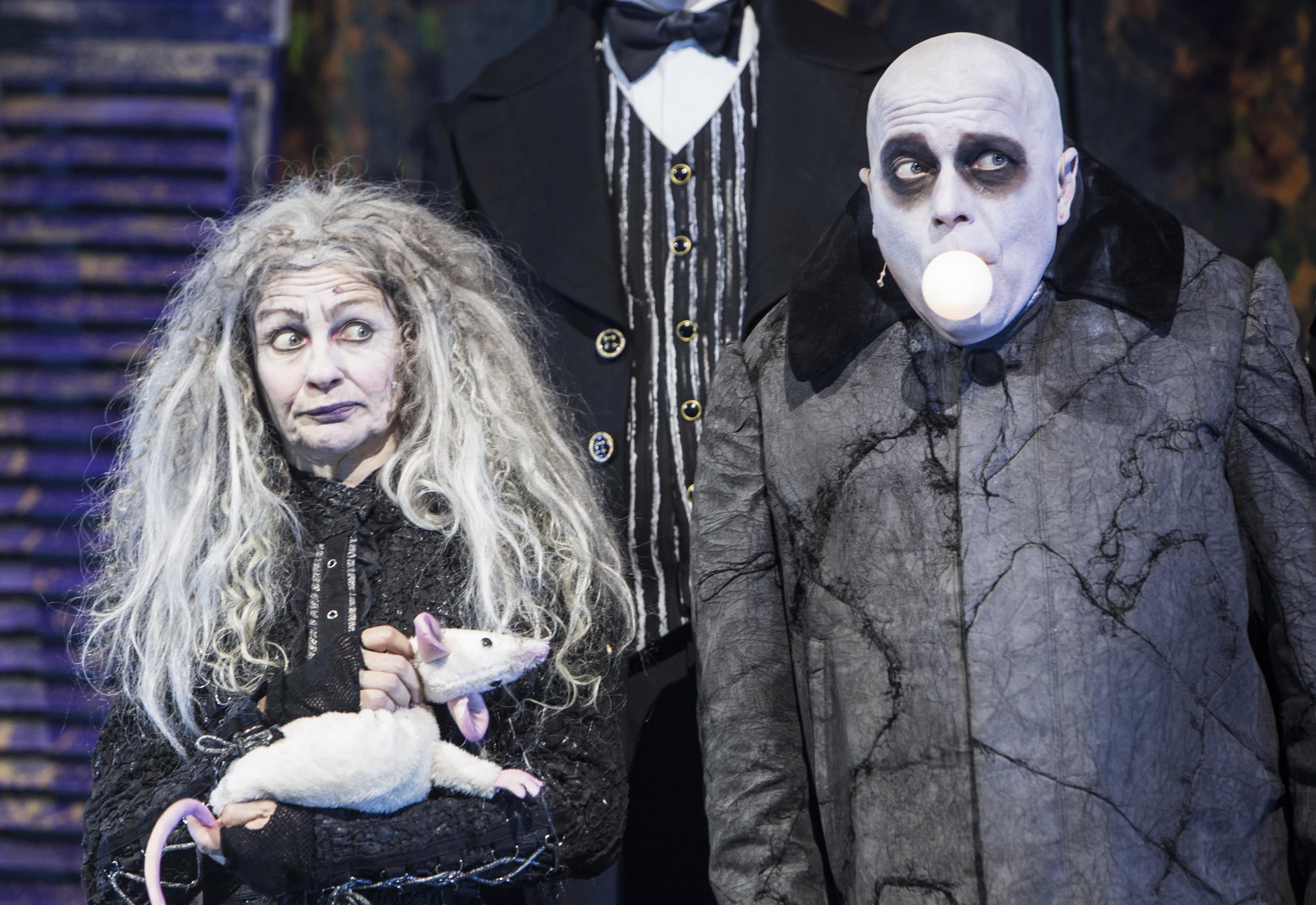 Addams Family on musikaalikomedia. Kuvassa Anneli Niskanen ja Aki Louhela.