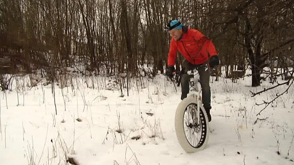 Turkulainen Anssi Koskinen polkee lumessa fatbike-pyörällä.