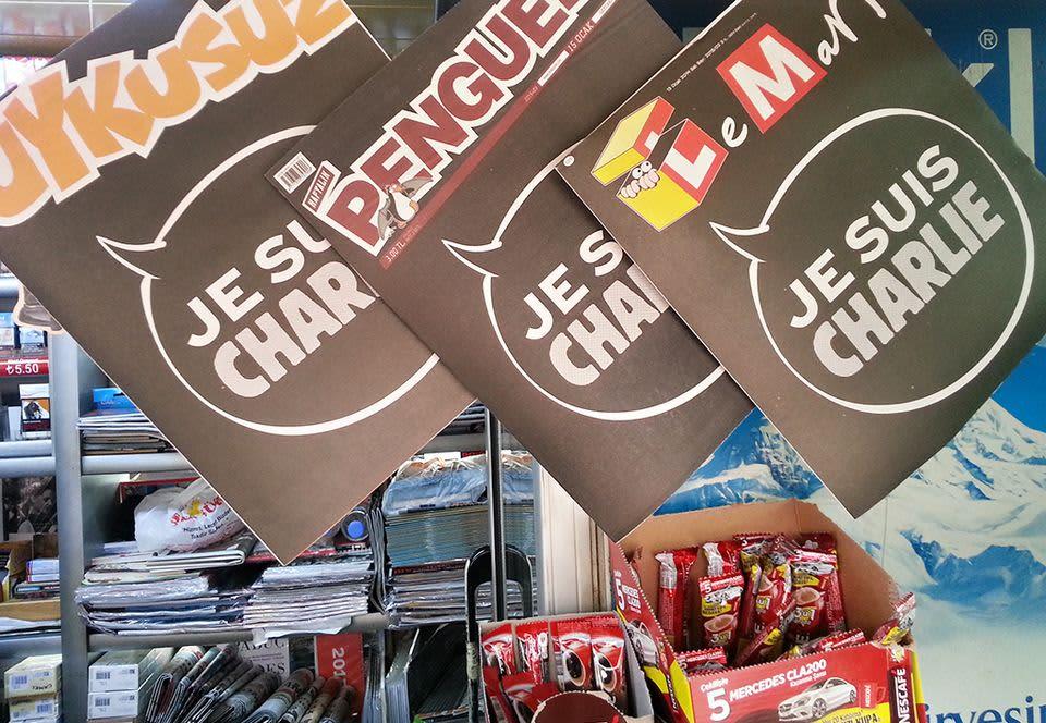Kioskissa näkyvästi esillä Turkin kolme suurinta satiirilehteä, jotka yhteisellä kannellaan muistavat Charlie Hebdo -lehteen tehdyn hyökkäyksen uhreja.