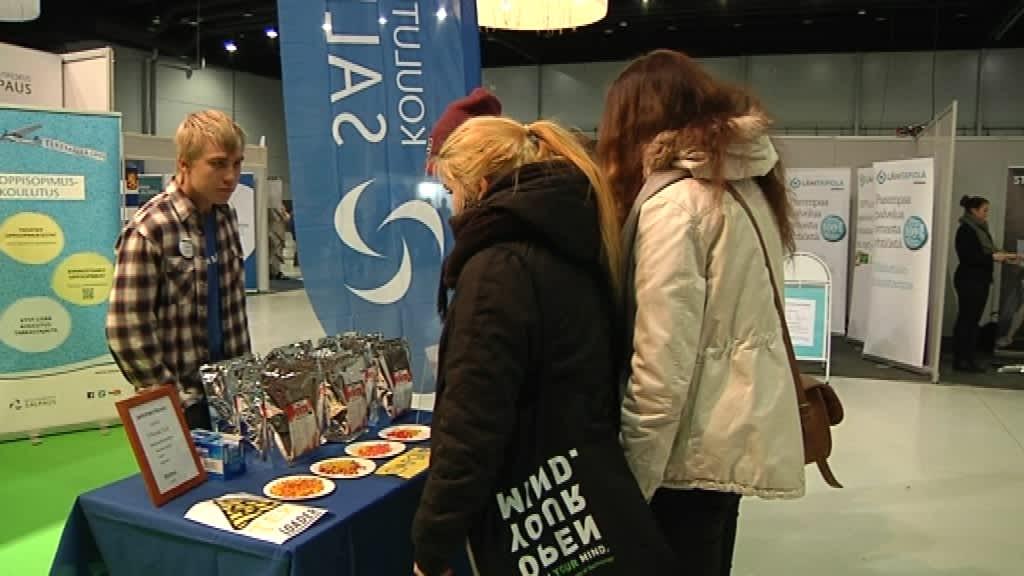 Opiskelija myyntitiskillä: Teemu Hassi yrittää myös DuuniExpossa Lahden messukeskuksessa myymällä oman oppilasyrityksensä tuotteita.