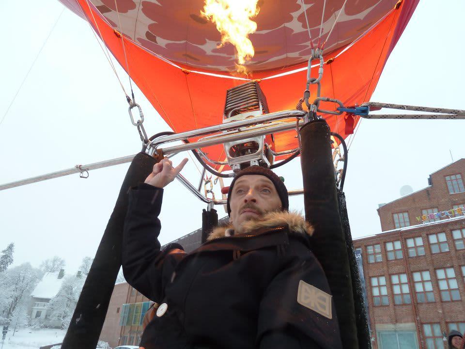 Ilkka Heiskanen kuumailmapallon korissa Hämeenlinnan Verkatehtaan edustalla
