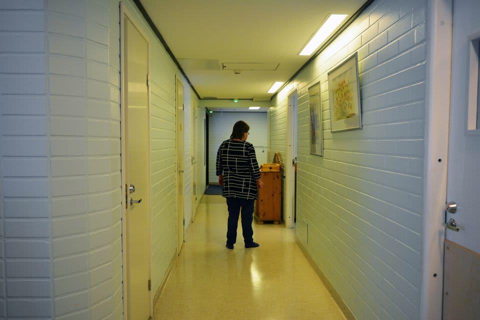 Kehitysvammainen kävelee laitoksen käytävällä.