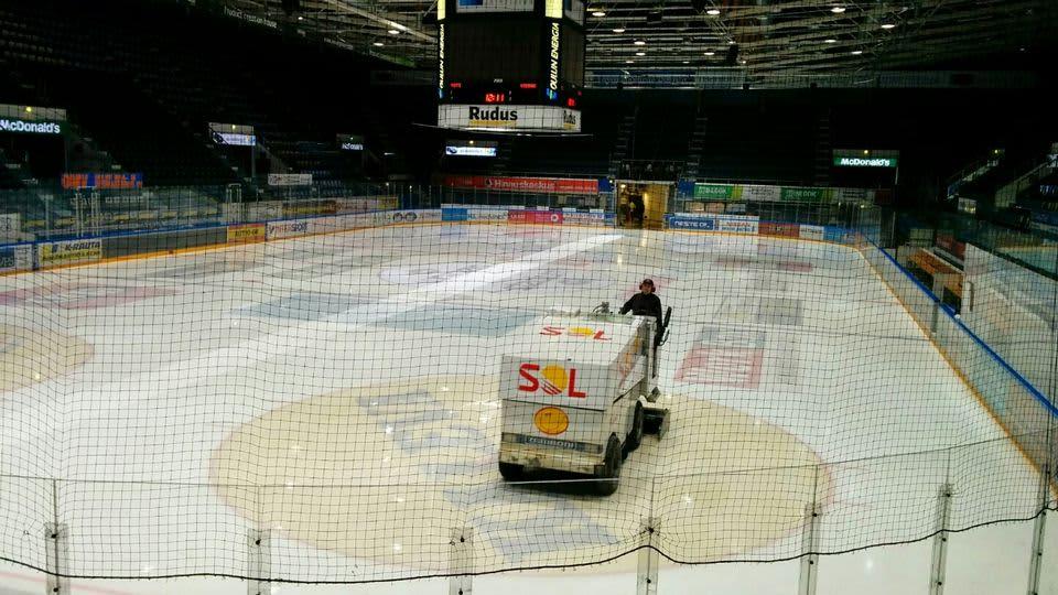 Zamboni kiertää jäällä Raksilan jäähallissa