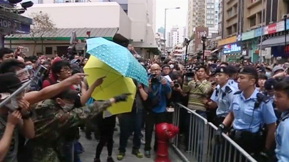 Mielenosoittajia Hongkongissa 1. maaliskuuta.