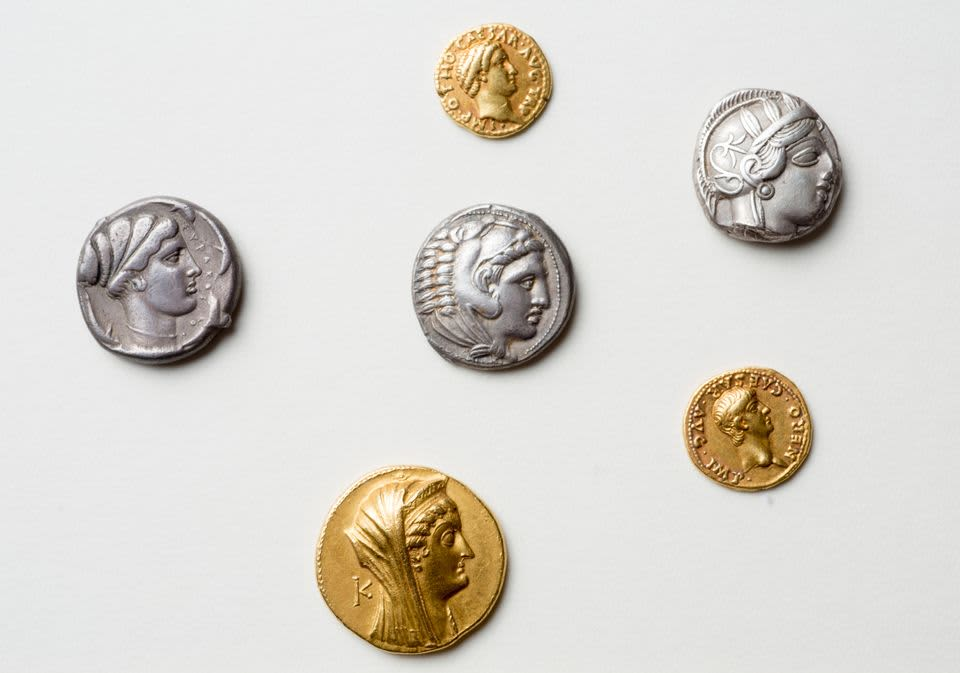 Kolme roomalaista kultarahaa ja kolme hopearahaa. Kaikissa keisarin kasvokuva.