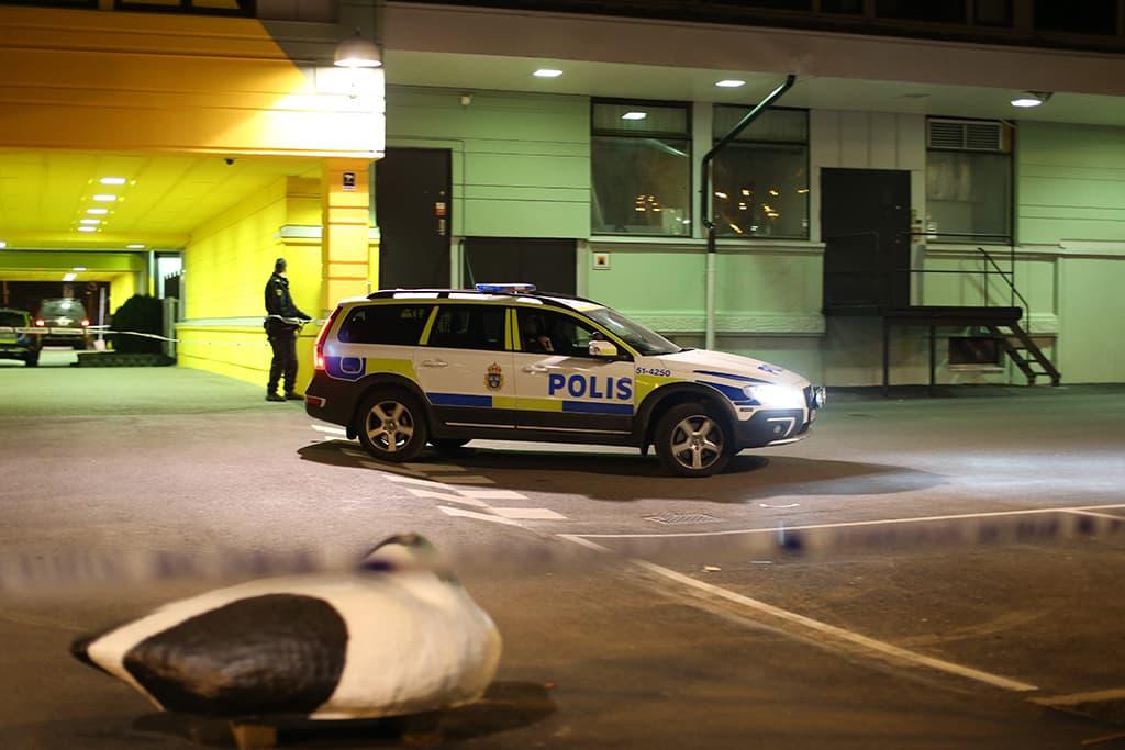 Poliiseja ampumispaikalla torstain vastaisena yönä Göteborgissa.