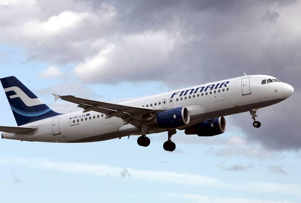 Airbus A 320 laskeutumassa.
