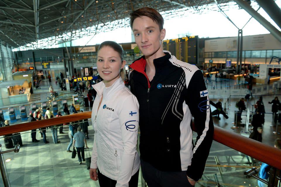 Jäätanssipari Cecilia Törn ja Jussiville Partanen poseeraavat lentokentällä.