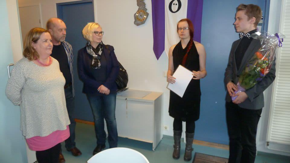 Vasemmalla seisovat Katariina Pietilä-Juntura, Esa Juntura ja Tuula Liisanantti vastaanottivat Oulun yliopiston suomen kielen opiskelijoiden Vuoden Murre -palkinnon.