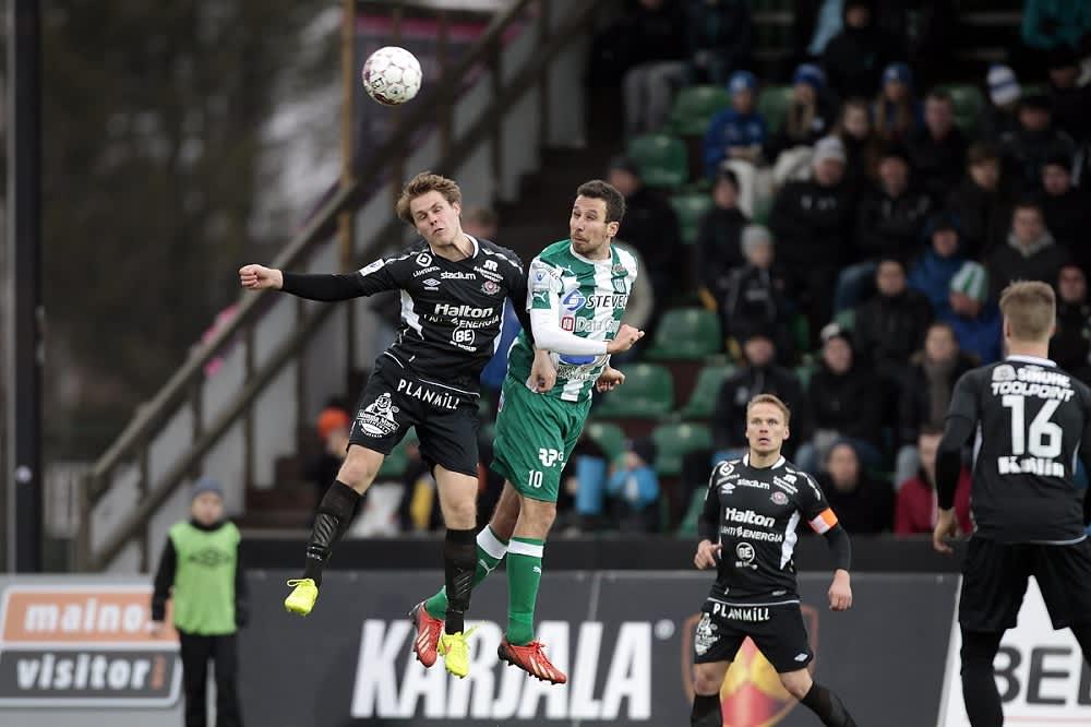 FC Lahden Markus Joenmäki ja KTP:n Tamas Gruborovics kamppailevat pallosta.