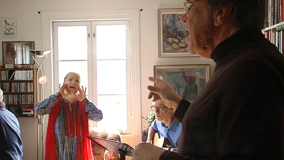 Punainen lanka -yhtye harjoittelee Helsingin Käpylässä vapunpäivän konserttiaan varten.