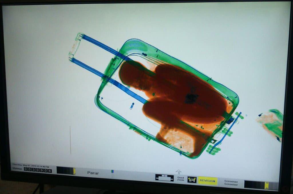 Rajavalvonnan läpivalaisulaitteet paljastava pienen pojan olevan matkalaukussa.