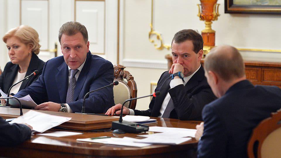 Venäjän apulaispääministerit Olga Golodetsa ja Igor Shuvalov, sekä pääministeri Dmitri Medvedev kokouksessa presidentti Vladimir Putinin kanssa.