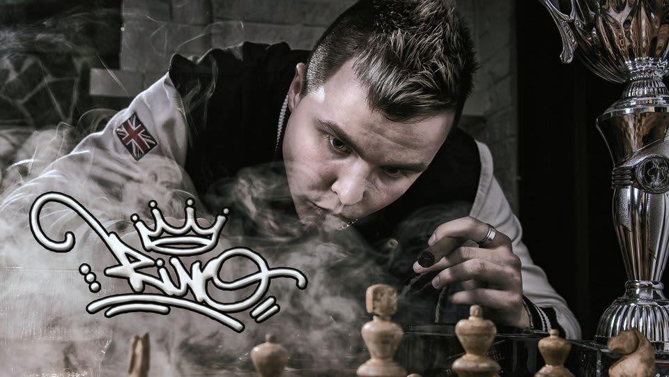 Levyn kansikuvassa Rivo polttaa sikaria ja pelaa shakkia