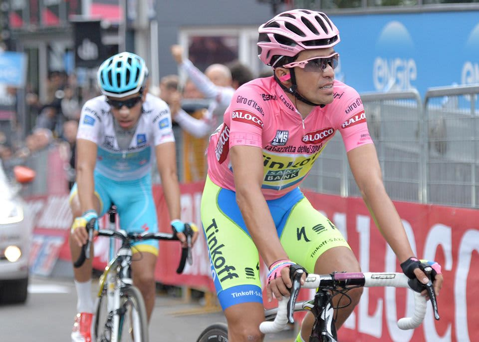 Alberto Contador (oik.) pystyi pitämään Fabio Arun takanaan 15. etapilla.