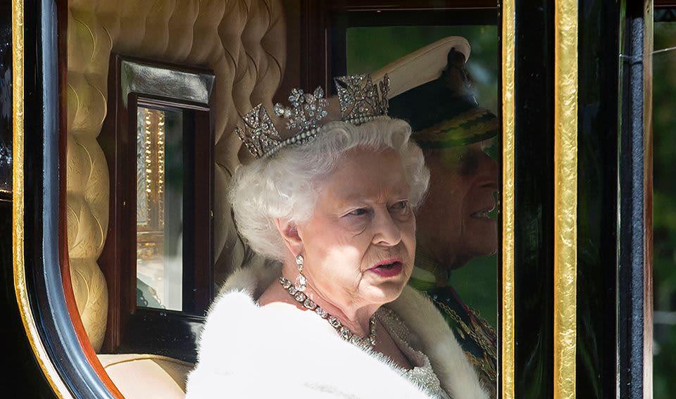 Kuningatar Elisabet II matkalla parlamentin avajaisiin.