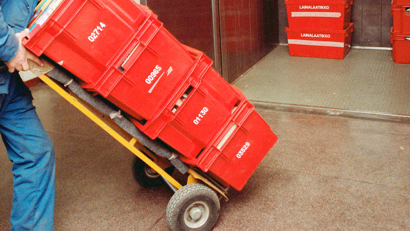 Muuttolaatikoita kuljetetaan nokkakärryillä.