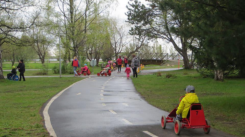 Lapsia polkuautoilemassa Kemin liikennepuistossa.
