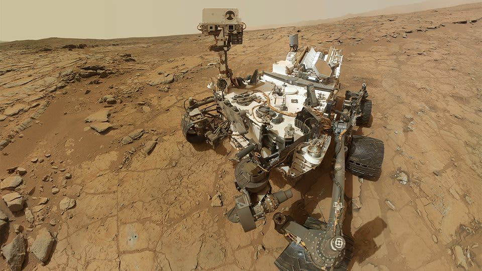 Mars-mönkijä Curiosity kivistä aavikkoa muistuttavassa ympäristössä.