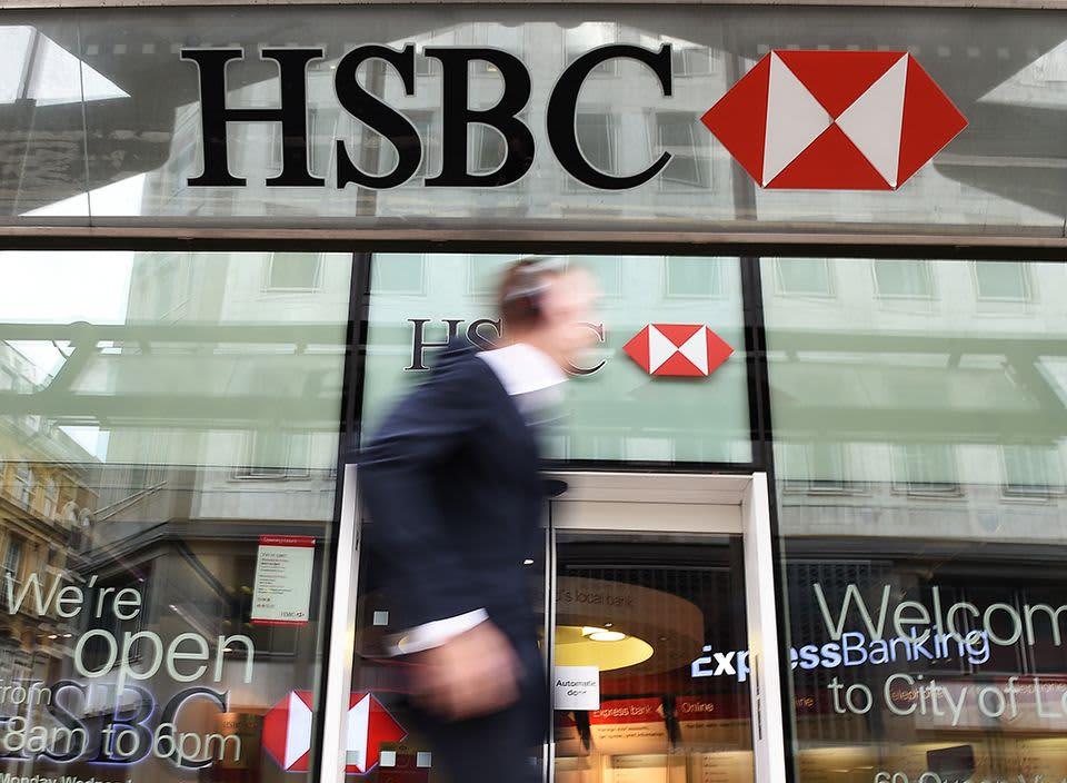 Jalankulkija kävelee HSBC-pankin ohitse.