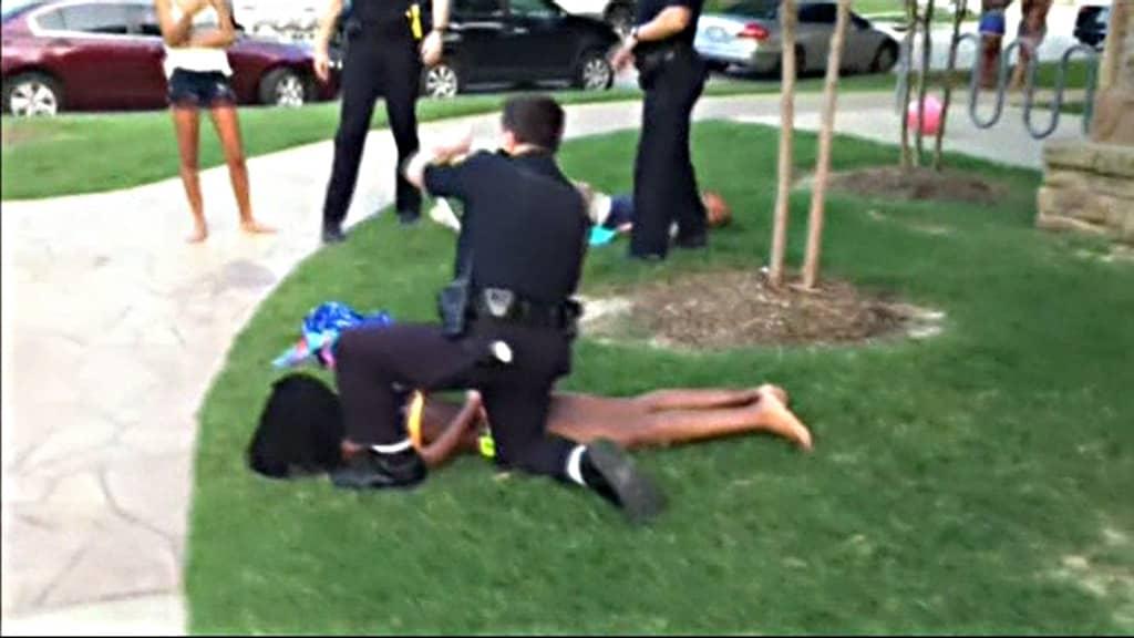 Poliisi pidättämässä naista Texasissa