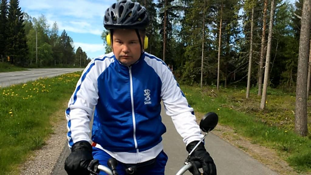 Petri Virolainen pyöräilee Raahen lähistöllä 11.6.2015.