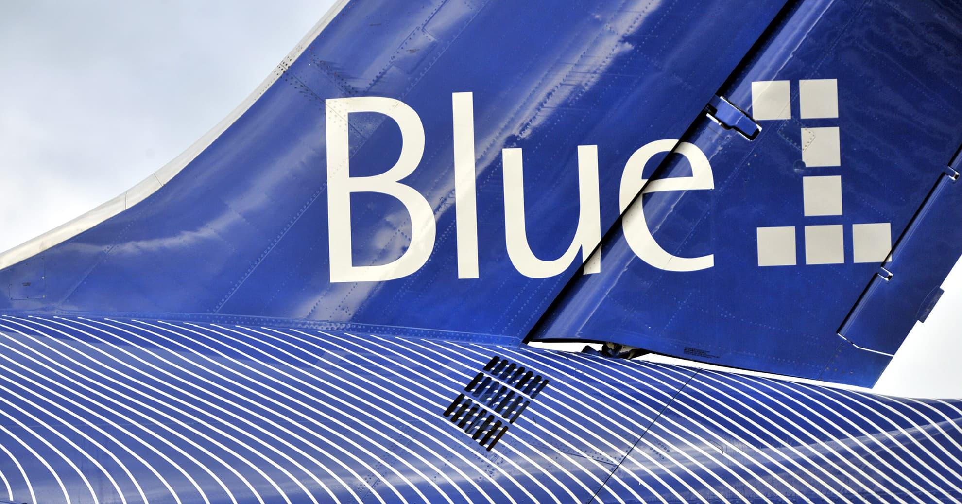 Blue1 matkustajakone Helsinki-Vantaan lentokentällä 27. maaliskuuta 2012.