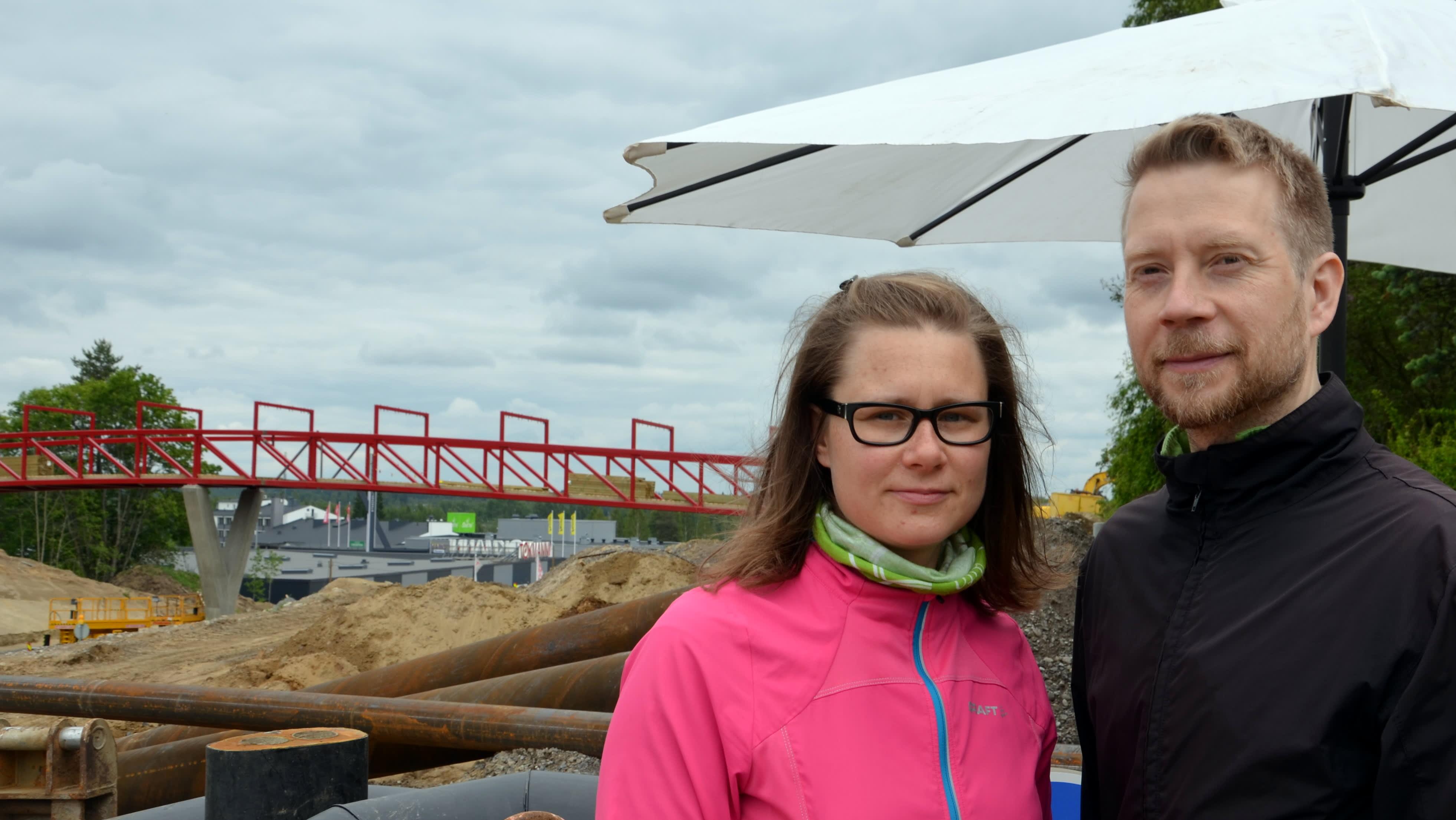 Päivi Kietäväinen ja Marko Bovellan tutustuivat uuteen siltaan torstaina.