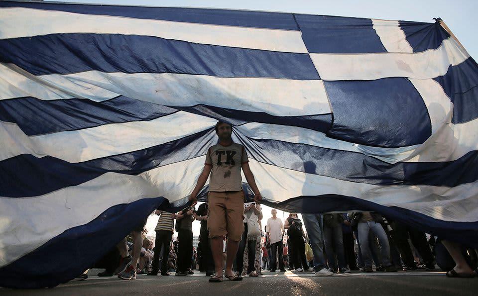 Ihmiset osoittivat mieltään Ateenassa 29. kesäkuuta 2015.