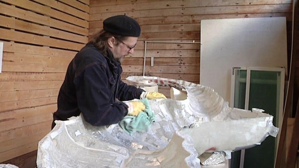 Tapani Kurttila valmistaa merihevosta Kansallisoopperan balettia varten.