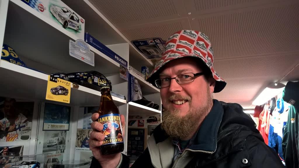 Kirjailija Tuomas Kyrö vieraili MM-rallin reitillä toukokuussa.