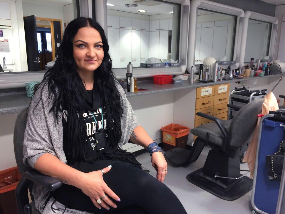 Maskeeraaja Miia Leppäaho istuu työhuoneessaan.