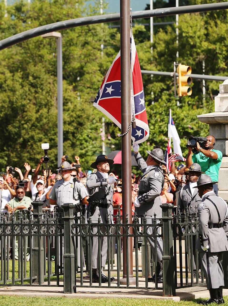 Poliisin kunniavartiosto laski lipun salosta.