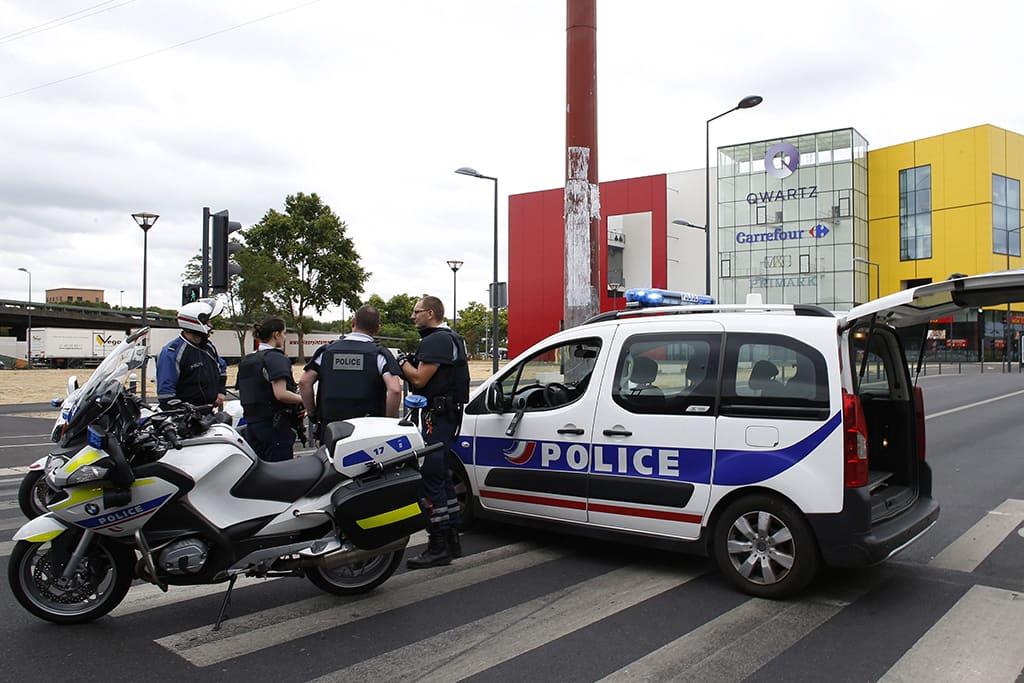 Ranskalaispoliiseja Qwartz-kauppakeskuksen edustalla Villeneuve-La-Garennessa 13. heinäkuuta 2015.