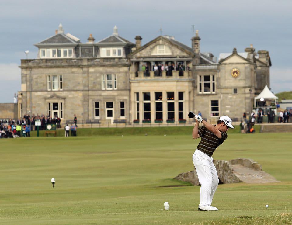 Louis Oosthuizen ja Old Coursen äärellä sijaitseva R&A:n klubitalo, joka on yksi golfin tunnetuimmista symboleista.