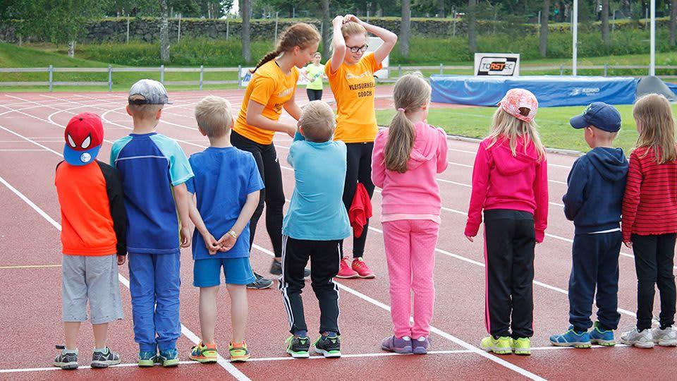 Iina Jauhola ja Jenna Makslahti vetävät Alatornion Pirkkojen yleisurheilukoulua Torniossa.