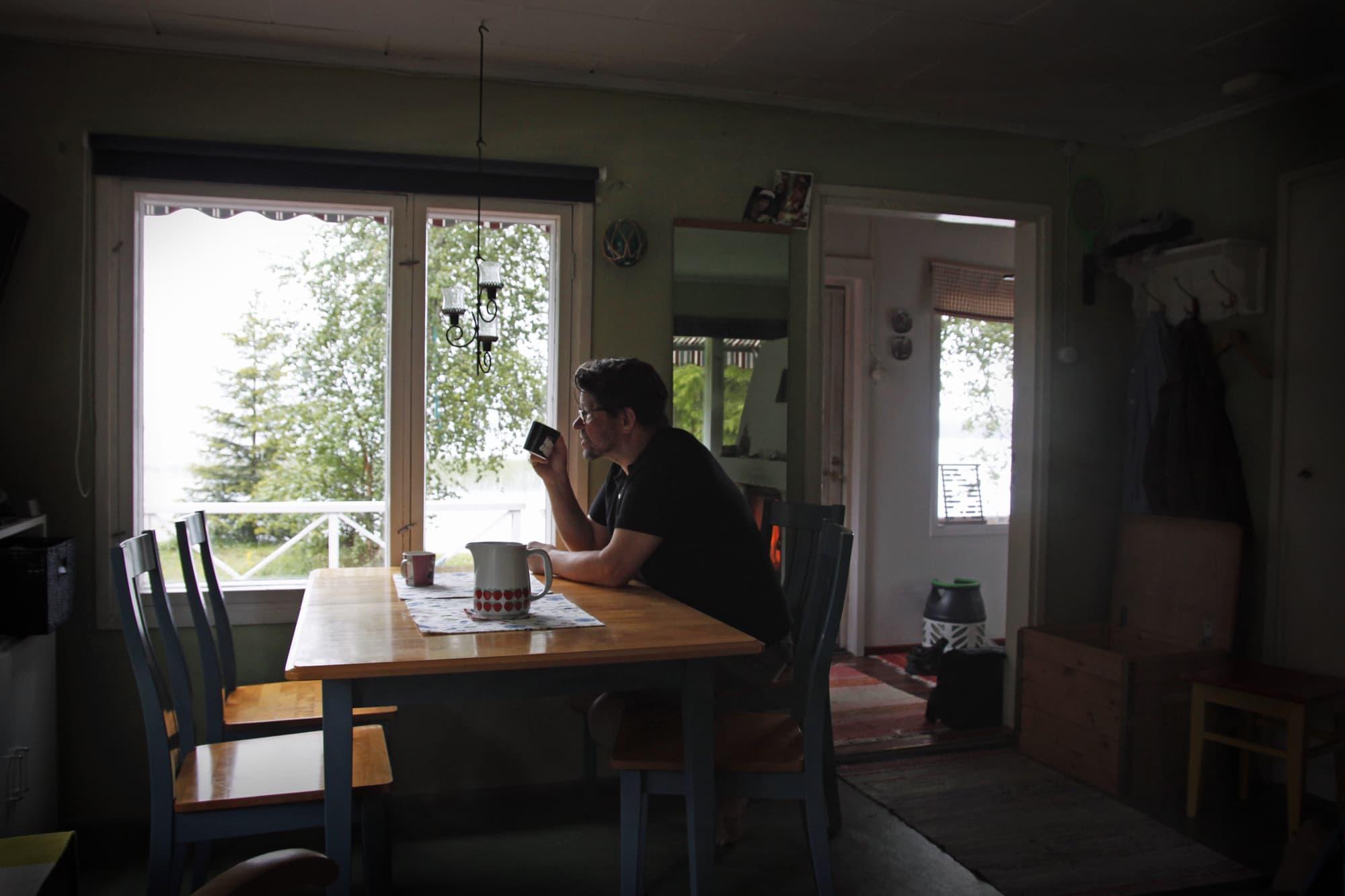 Rovaniemeläinen Markku Köngäs on viettänyt Norvajärven mökillä koko kesän. Takkapuita on mennyt enemmän kuin koskaan kesällä, Köngäs kertoo.