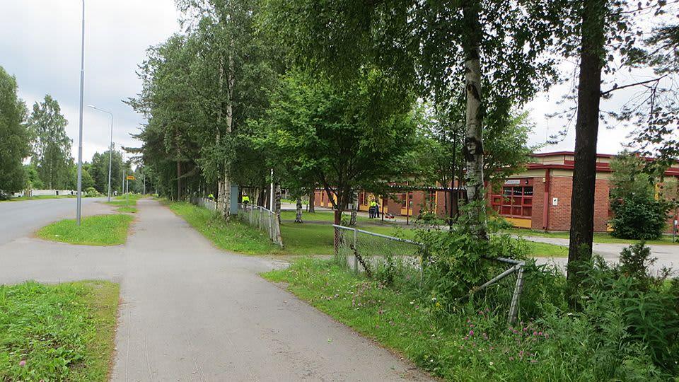 Takajärven koulu ja linja-autopysäkki.